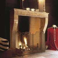 Belle petite cheminée en bicolor pierre de France installer au gaz.