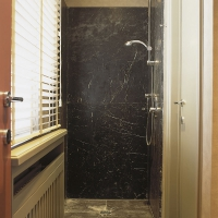 Belle douche en marbre antique par la Maison Leon Van den Bogaert.